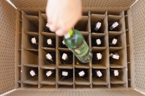 Karton wypełniony 24 butelkami
