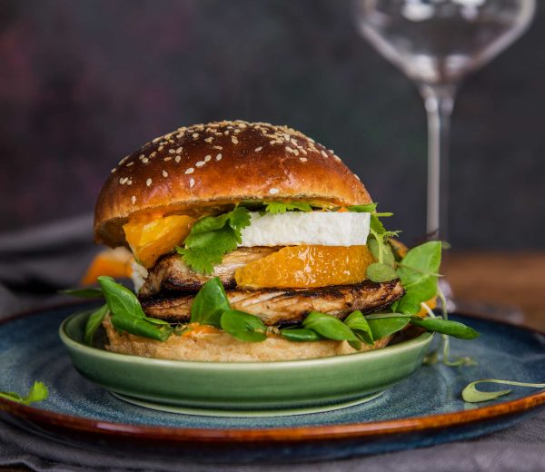 Burger zgrillowaną makrelą. Przepis na lato