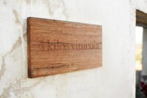 Nazwa winnicy 4 Kilos na budynku